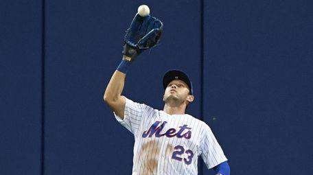 Mets centerfielder Matt den Dekker makes the catch
