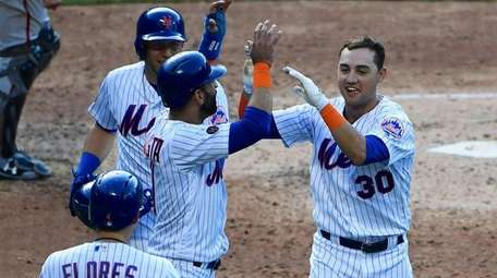Mets second baseman Asdrubal Cabrera and right fielder