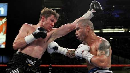 (L-R) Yuri Foreman exchanges blows with Miguel Cotto