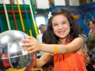Madison Hennings, 6, of Manhattan learns about static
