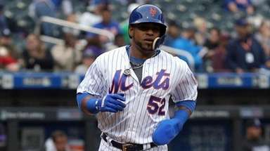 Mets leftfielder Yoenis Cespedes scores a run against