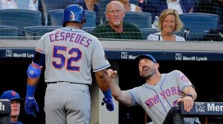 Mets' Yoenis Cespedes is congratulated by manager Mickey