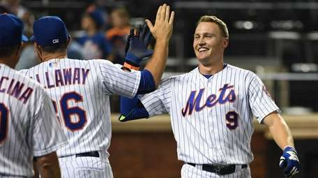Brandon Nimmo is congratulated by manager Mickey Callaway