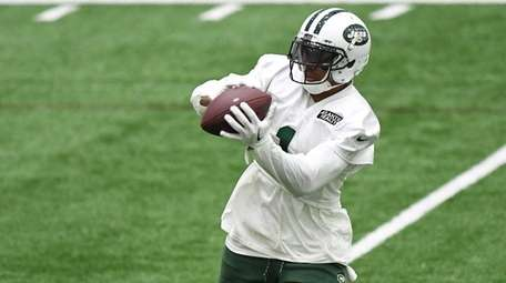 Jets wide receiver Terrelle Pryor catches the football