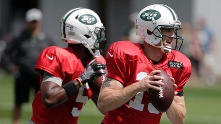 Jets quarterbacks Josh McCown, right, and Teddy Bridgewater