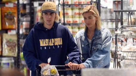Justin Bieber and Hailey Baldwin do some grocery