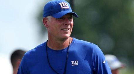 Giants head coach Pat Shurmur watches a play