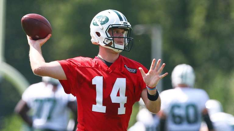 Sam Darnold of the Jets in drills during