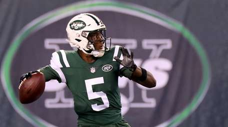 Jets quarterback Teddy Bridgewater prepares to throw a