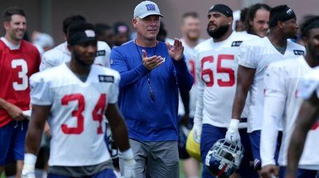 Giants head coach Pat Shurmur applauds for the