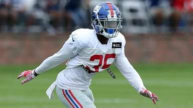 Giants defensive back Curtis Riley drops into coverage
