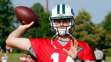 Jets quarterback Sam Darnold warms up during a