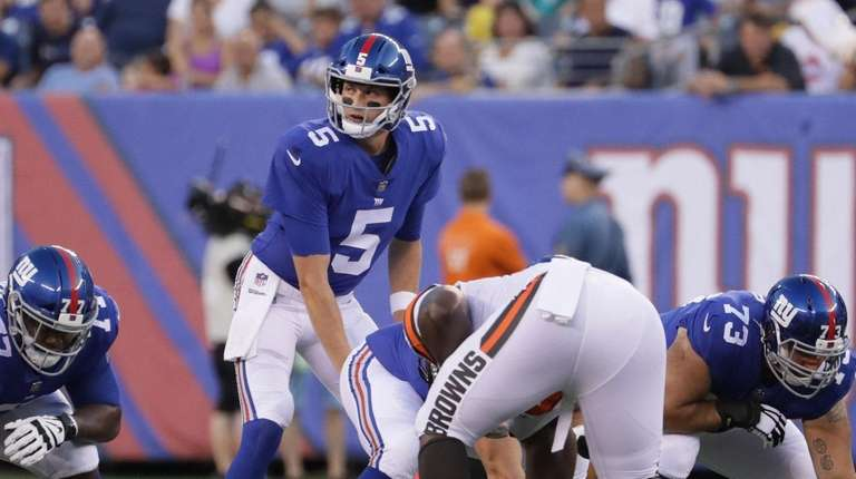 Giants quarterback Davis Webb #5 lines up behind