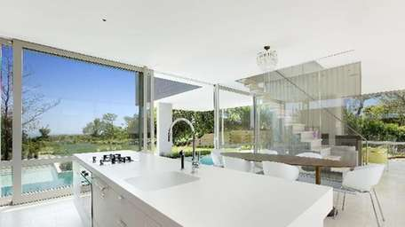 Toptenrealestatedeals.com is awarding this Montauk marvel third place