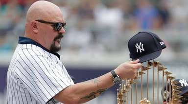 Former Yankees pitcher David Wells puts his hat