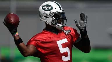 Jets quarterback Teddy Bridgewater throws a pass during