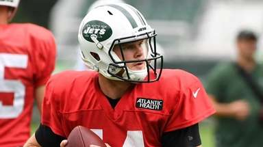 Jets quarterback Sam Darnold participates in a drill