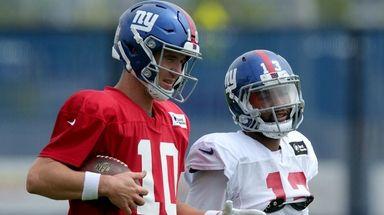 Giants quarterback Eli Manning talks to wide receiver