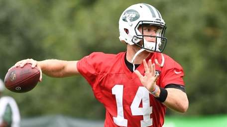 Jets quarterback Sam Darnold throws the football during