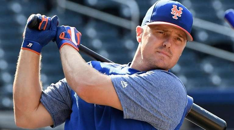 The Mets' Jay Bruce warms up before a