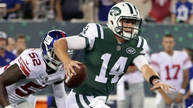 Jets quarterback Sam Darnold runs with the ball