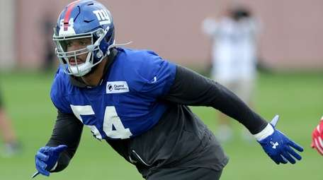 Giants linebacker Olivier Vernon drops into coverage during
