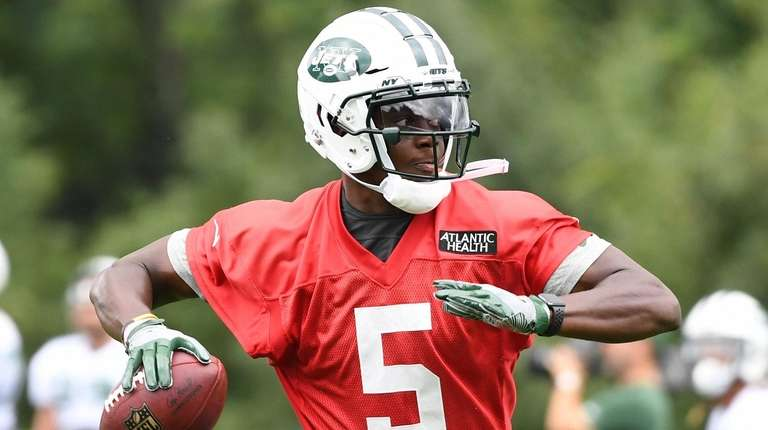 Jets quarterback Teddy Bridgewater passes the football during