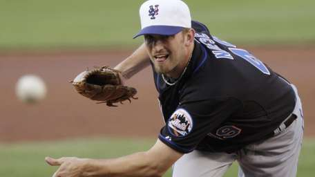 Mets starting pitcher Jonathon Niese delivers during the