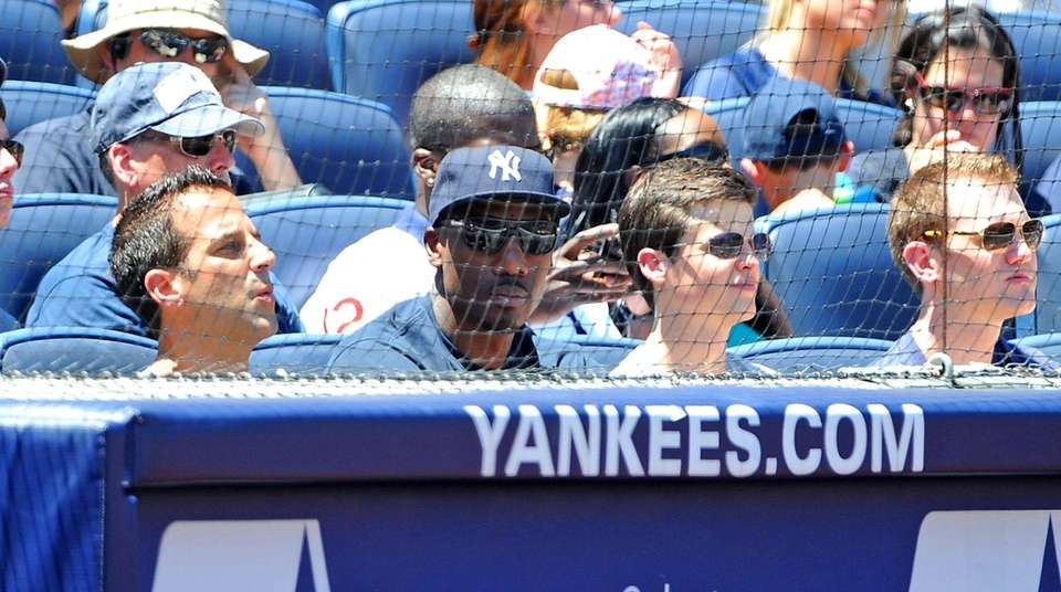 Phoenix Suns center Amar'e Stoudemire (Yankees Cap) takes
