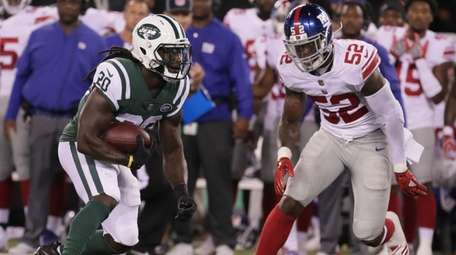 Giants linebacker Alec Ogletree looks to bring down