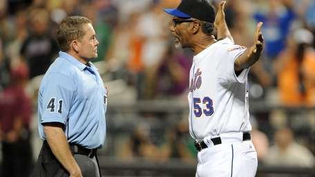 New York Mets manager Jerry Manuel (53) argues