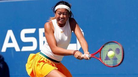 Lea Ma returns against Lenka Stara during a