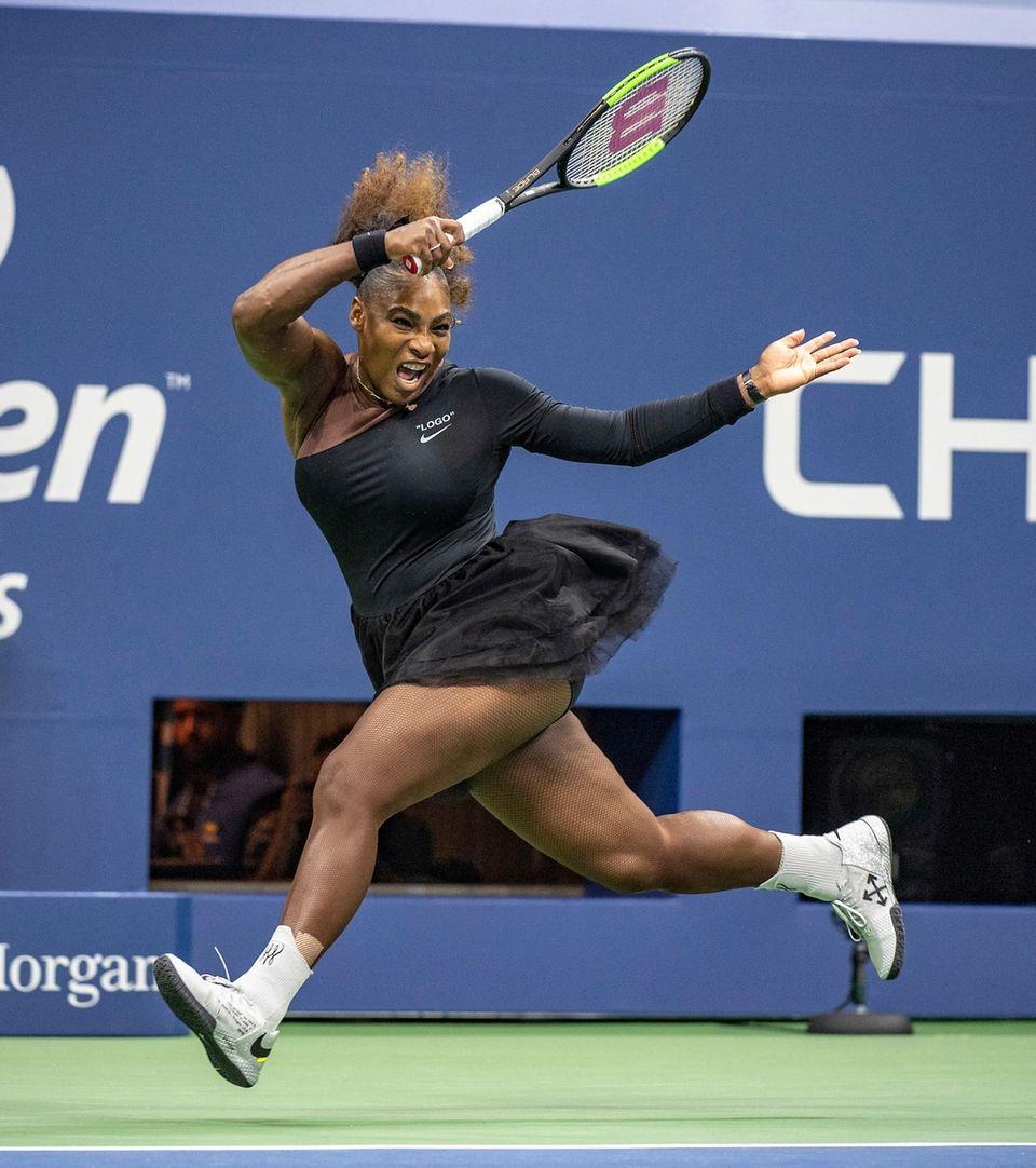 Serena Williams hitting a forehand against Naomi Osaka