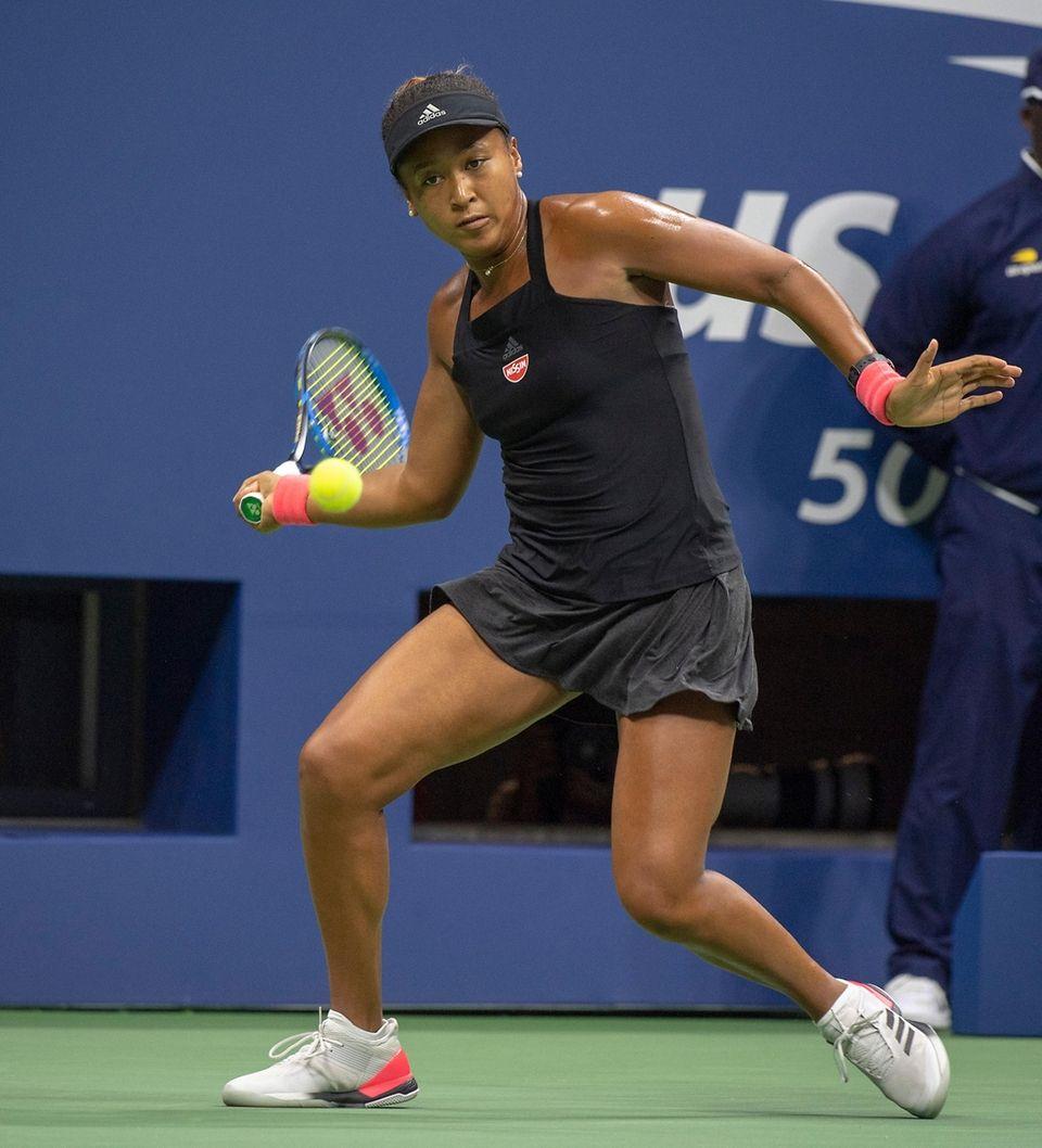 Naomi Osaka hitting a forehand against Serena Williams