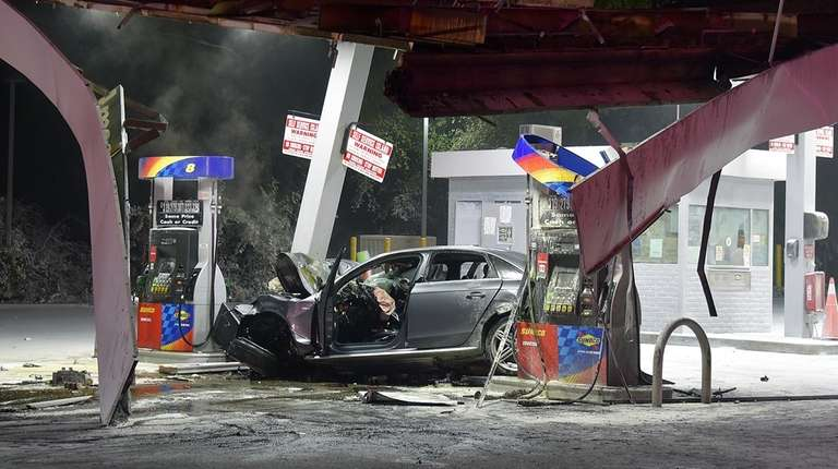 Near Gas Station >> 2 Struck Near Vigil For Fatal Gas Station Crash In Commack Police