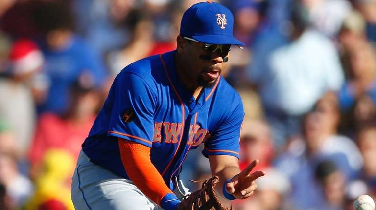 Mets First baseman Dominic Smith fields the ball