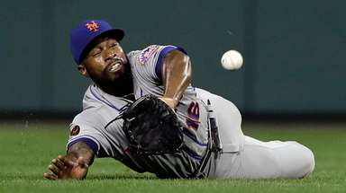 Mets centerfielder Austin Jackson dives to catch a