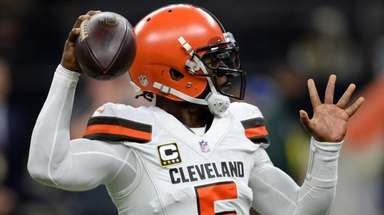 Browns quarterback Tyrod Taylor passes during the second
