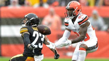 The Browns Jarvis Landry catches a pass for