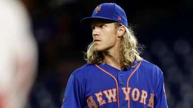 Mets' Noah Syndergaard reacts after giving up a