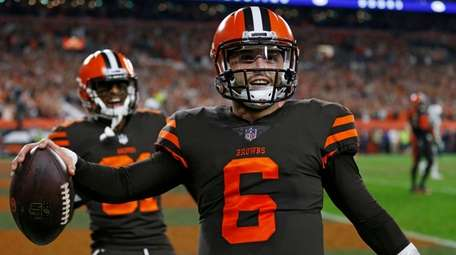 Baker Mayfield celebrates after catching two-point conversion pass