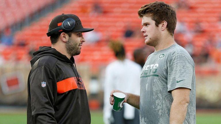 Browns quarterback Baker Mayfield talks with Jets quarterback