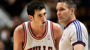 Former Chicago Bull Kirk Hinrich argues a call