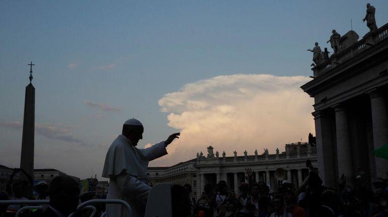 El Papa Francisco saluda a las multitudes en San Pedro