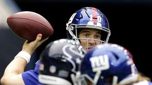 Giants quarterback Eli Manning throws a pass against