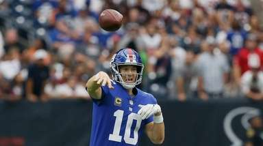 Eli Manning of the Giants throws as he