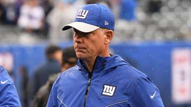 Giants head coach Pat Shurmur leaves the field