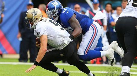 Landon Collins of the Giants sacks Drew Brees
