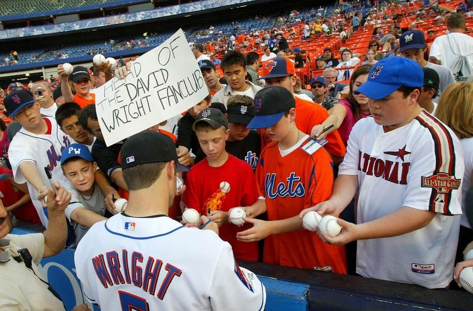 Mets third baseman David Wright signs autographs for