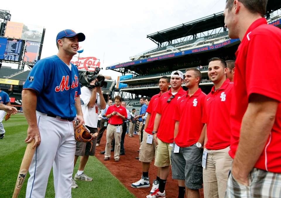 Mets third baseman David Wright visits with members